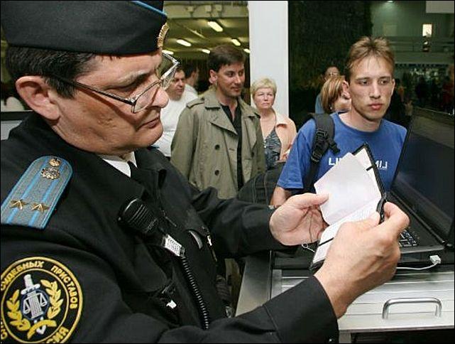 Сколько должников получат ограничения на выезд за границу в 2014 году?